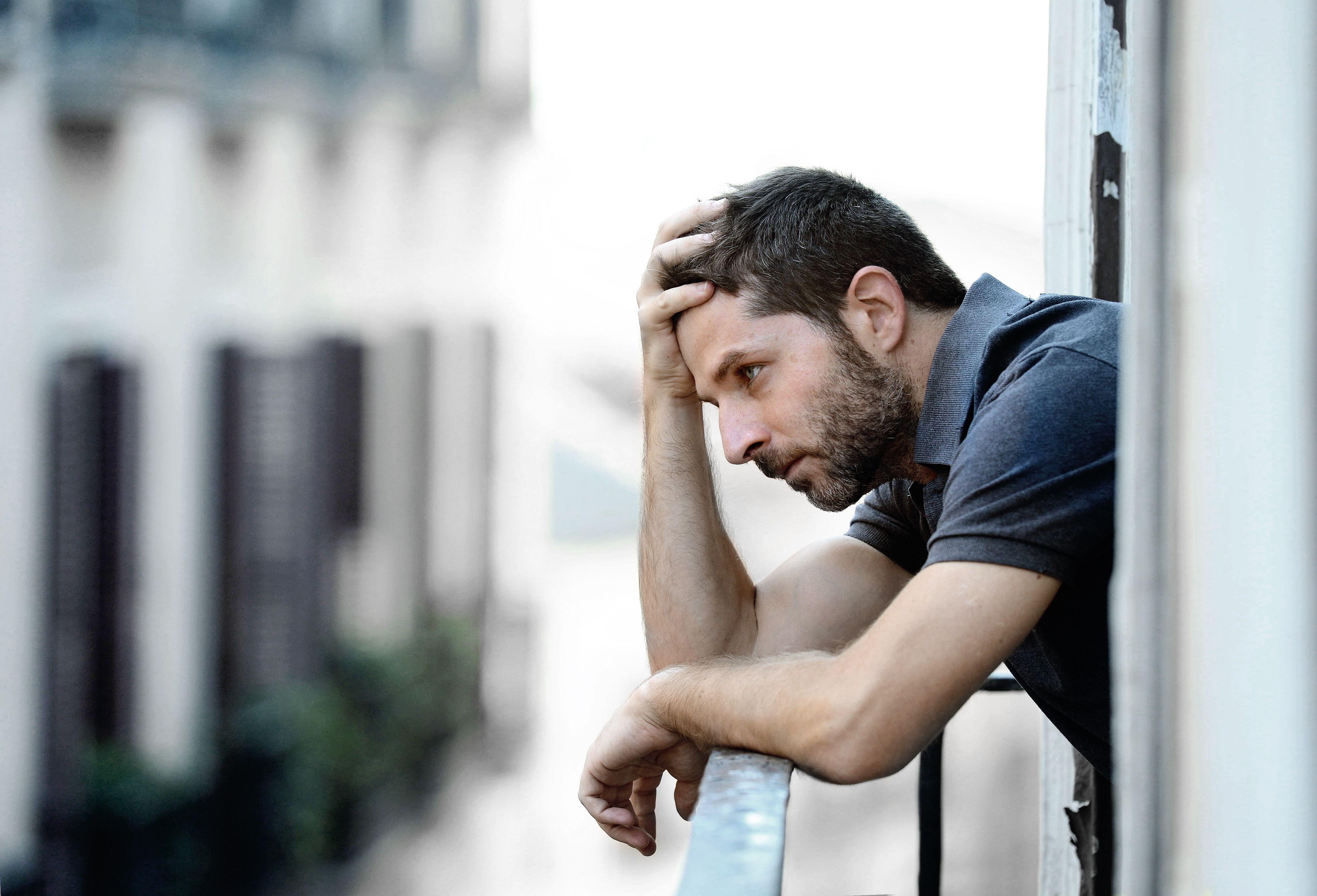 Homem na sacada pensando jpg