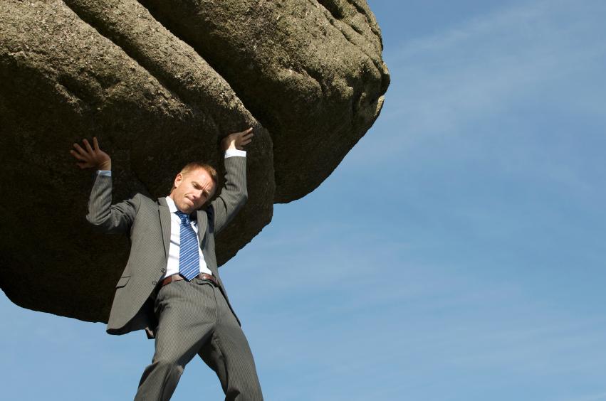 Homem carregando pedra jpg