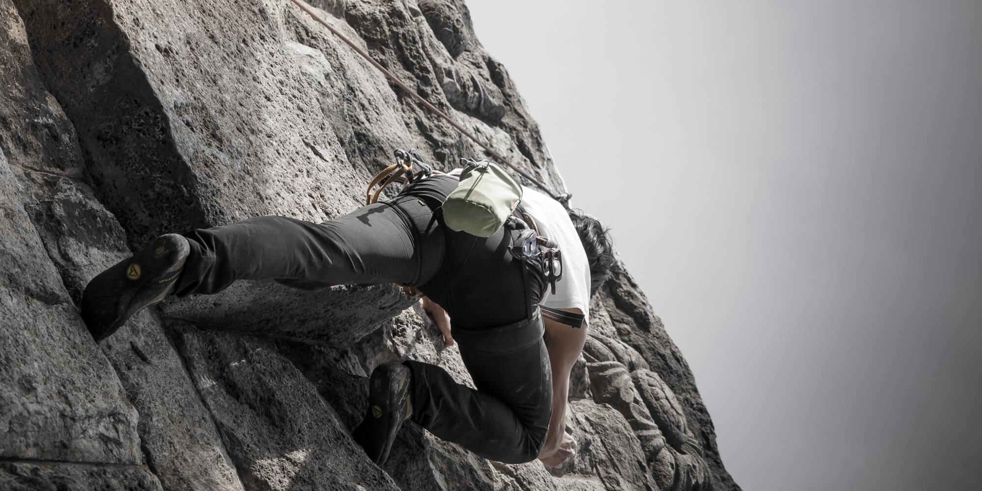 Homem escalando montanha jpg