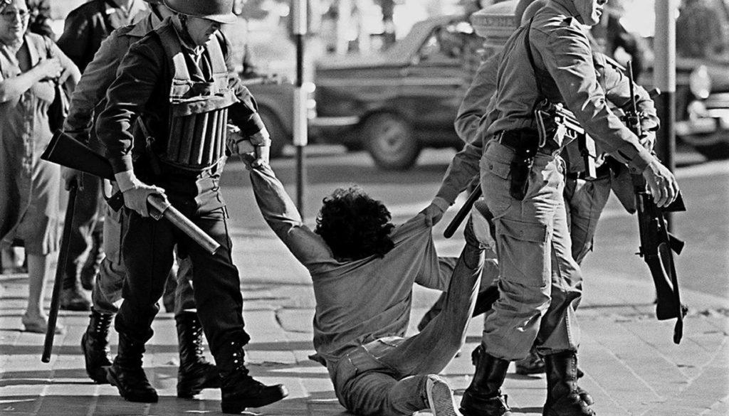 Manifestante e arrastado por militares durante protesto durante a ditadura militar argentina em 30 de marco de 1982 1541101202562 1920x1315 1024x585 jpg